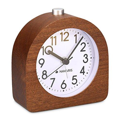 Navaris Analog Holz Wecker mit Snooze - Retro Uhr Halbrund mit Ziffernblatt Alarm Licht - Leise Tischuhr Ohne Ticken - Naturholz in Dunkelbraun