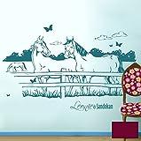 Pferdewandtattoo Wandtattoo Wandaufkleber Pferde auf Pferdekoppel mit Schmetterlingen und Wunschnamen (Kind & Pferd oder wie gewünscht) M1433c - ausgewählte Farbe: *Beere* ausgewählte Größe:*M 100cm breit x 60cm hoch