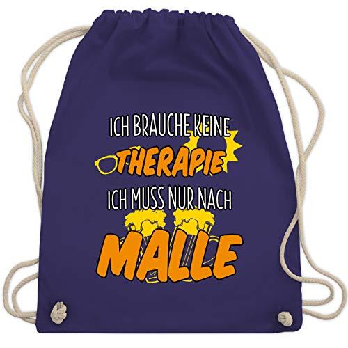 Urlaub - Ich brauche keine Therapie ich muss nur nach Malle - Unisize - Lila - WM110 - Turnbeutel & Gym Bag