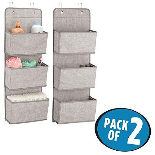 mDesign 2er-Set Hängeaufbewahrung mit 3 Taschen - Kinderzimmer Aufbewahrung für Stofftiere, Windeln und Handtücher - Taschengarderobe zum Hängen – grau