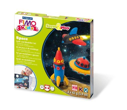 Staedtler 8034 09 LY Fimo kids form&play Set Space (superweiche, ofenhärtende Knete, kinderleichte Anleitung, wiederverschließbare Box, Set mit 4 Fimo Blöcken, 1 Modellierstab und 1 Spielkulisse)