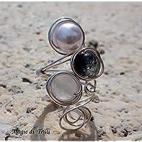 Magie di Trilli - Anello artigianale donna in filo per gioielli color argento, con pietre dure di agata bianca, perla bianca e nera in vetro resina cangiante. Regolabile - Idea regalo San Valentino