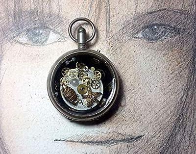 Pendentif unisexe steampunk, boitier de montre gousset recyclé, 1 cadran et des rouages de montre, étoile de mer en métal doré des cabochons nacrés, de la résine cristal.