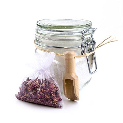 Accentra Badesalz mit echten Rosenblüten im Glas, 700 Gramm Rosen-Badezusatz inkl. Rosenblüten zum Dosieren im Organzabeutel als Geschenk im Schmuckglas -