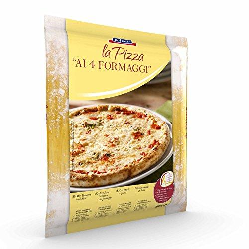 Un classico delle pizzerie ed uno dei sapori più amati: la pizza 4 formaggi! Con pomodoro, mozzarella, formaggio erborinato, Emmental bavarese e formaggio stagionato.
