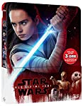 Mentre il Primo Ordine si prepara a stroncare quel che resta della Resistenza, Rey consegna a Luke Skywalker la spada laser che fu sua, invitandolo a interrompere il suo esilio per salvare il mondo libero. Ma Luke non ne vuole sapere e il Lato Oscuro...