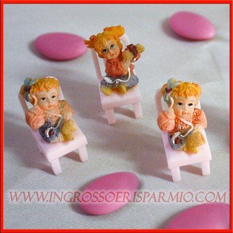 Statuette in resina bambina su sedia in plastica rosa, tre varianti assortite da femminuccia - bomboniere/pensierino battesimo,segnaposto 1° compleanno,nascita (kit 50 pz + confezione)