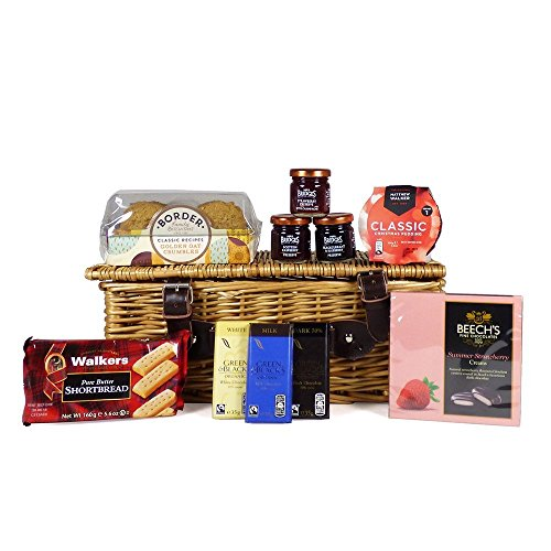 Golosinas dulces en la canasta de mimbre tradicional: el regalo ideal para cumpleaños, aniversario,...