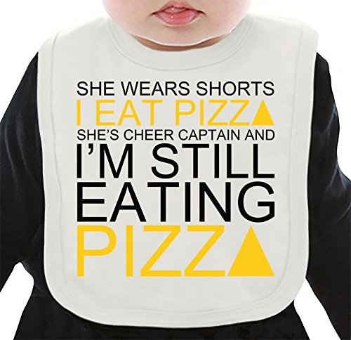 She Wears Shorts I Eat Pizza She's Cheer Captain Slogan Organisches Lätzchen Medium (Shorts Cheer Retro)