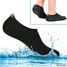 Calcetines de agua para mujeres – Extra Cómodos – Protege contra la arena, agua fría/caliente, UV, rocas/guijarros – Calzado fácil para nadar, voleibol de playa, snorkel, vela, surf, yoga, caminar, etc. (Negro, (M) 39-41)