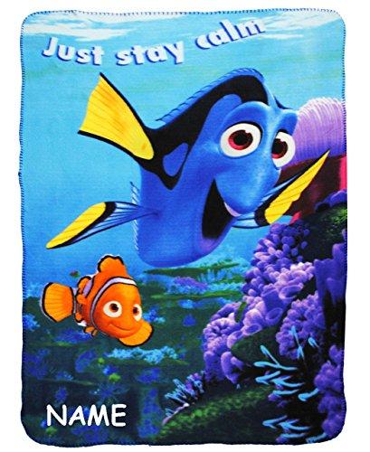 """Preisvergleich Produktbild Kuscheldecke / Fleecedecke - """" Disney - Findet Nemo - Fisch Dory """" - incl. Name - 100 cm * 140 cm - Decke aus Fleece - für Mädchen & Jungen - Schmusedecke - Schleife - Jungendecke / Mädchendecke - Kinder Plaid Kinderdecke - Autokuscheldecke - Bettdecke - Kinderkuscheldecke - Dorie / Fische Unterwasser Clownfisch - Tiere - Spieldecke / Babydecke / Krabbeldecke"""