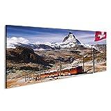 islandburner Bild Bilder auf Leinwand Matterhorn-Spitze mit Einem Zug und Einer Flagge der Schweiz in Den Schweizer Alpen Wandbild, Poster, Leinwandbild KRW