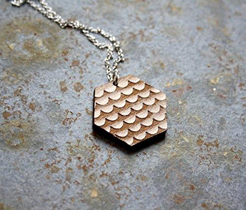 collier-en-bois-avec-pendentif-aux-motifs-cailles-de-poissons-bijou-en-bois-naturel-de-style-gomtriq