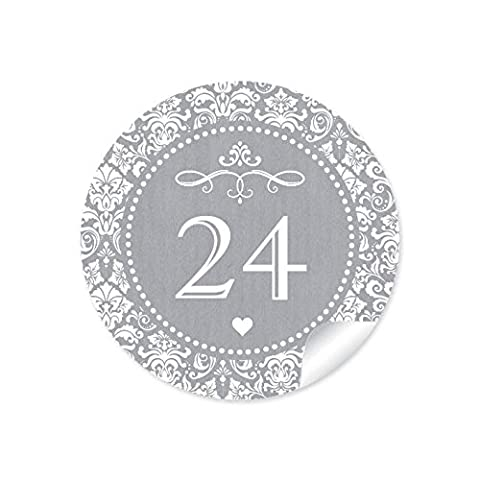 24 Adventskalenderzahlen in grau mit weißen Ornamenten und Herzchen