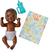 Barbie FHY82 - Skipper Babysitters Inc. Baby Puppe und Zubehör mit schwarzen Haaren, Puppen...