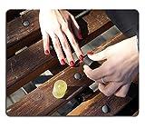 luxlady Gaming Mousepad Bild-ID: 31675085Hände of a Young Girl, die Außerhalb macht ein Maniküre mit, Nagellack rot sitzend auf einer Bank Foto Close Up