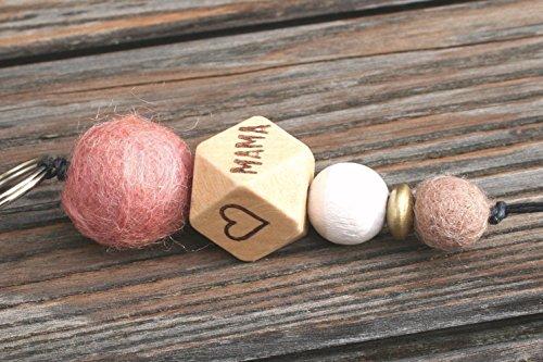 Personalisierbarer Schlüsselanhänger mit Filz- und Holzperlen und dem Aufdruck MAMA und zwei Herzen, individualisierbar, personalisierbarer Schlüsselanhänger, Ostergeschenk, Muttertag (Holz Name Keychain)