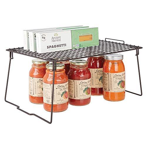 mDesign Estante apilable para almacenaje de cocina - Repisa metálica de cocina con patas plegables - Moderno organizador de armarios para la vajilla, latas de conservas y especias - color bronce