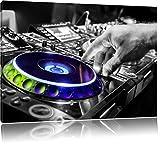 DJ bei der Arbeit am Plattenteller schwarz/weiß Format: 80x60 auf Leinwand, XXL riesige Bilder fertig gerahmt mit Keilrahmen, Kunstdruck auf Wandbild mit Rahmen, günstiger als Gemälde oder Ölbild, kein Poster oder Plakat