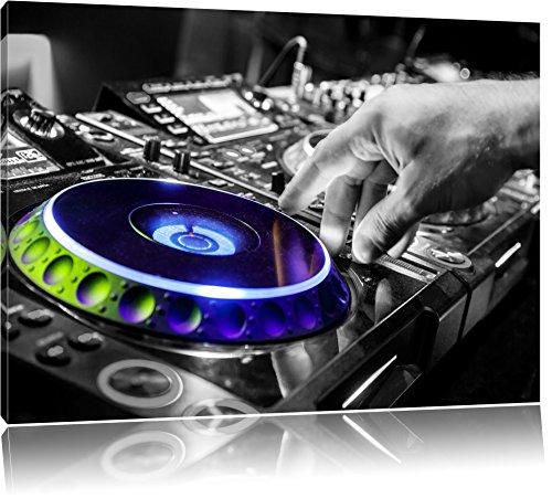 DJ bei der Arbeit am Plattenteller schwarz/weiß Format: 120x80 auf Leinwand, XXL riesige Bilder fertig gerahmt mit Keilrahmen, Kunstdruck auf Wandbild mit Rahmen, günstiger als Gemälde oder Ölbild, kein Poster oder Plakat