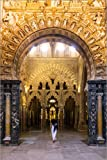 Póster 40 x 60 cm: Woman Walking in a Archway Inside The Famous Mezquita of Cordoba, Andalusia, Spain de Matteo Colombo - impresión artística, Nuevo póster artístico
