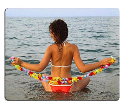 liili-Mouse-Pad-Mousepad-de-goma-natural-hermosa-muchacha-vestida-en-traje-de-bao-guirnalda-de-flores-hawaianas-de-retencin-y-asientos-en-el-agua-en-Mar-Imagen-ID-12514596
