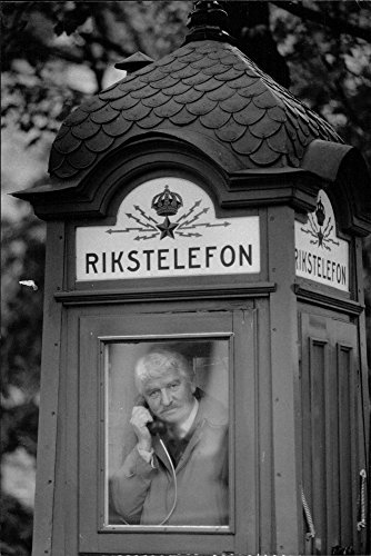 vintage-photo-of-hasse-alfredsson-into-a-small-phone-booth-of-the-old-model-after-receiving-telia-sp