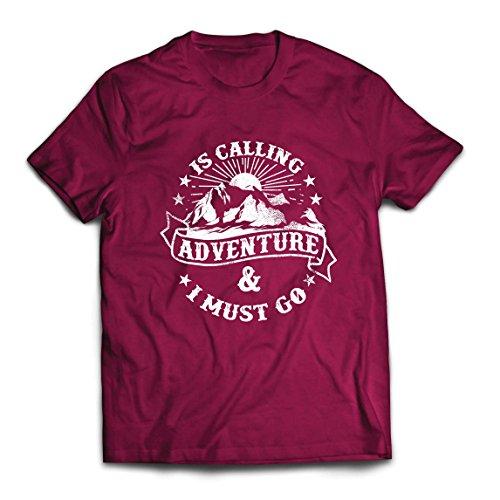 Männer T-Shirt Ruft Abenteuer - Familienurlaub Urlaub Kleidung, Bergwandern (XX-Large Burgund Mehrfarben)