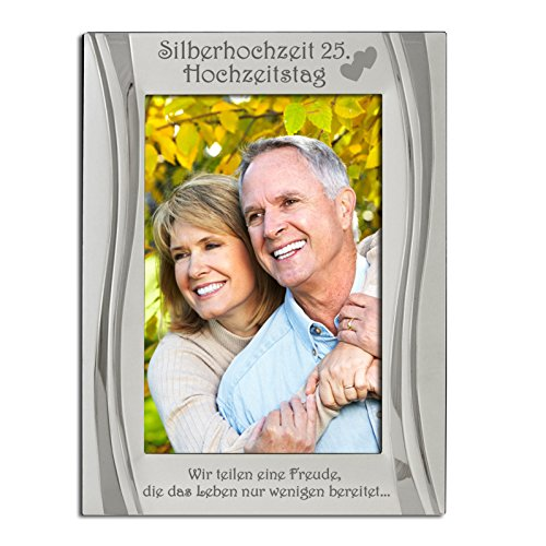 """Silberhochzeit 25. Hochzeitstag Bilderrahmen, Versilbert, Matt und glänzendes Silber, Silberhochzeit 25. Hochzeitstag ist oben zusammen mit zwei vereinten Herzen eingraviert.Eingraviert mit """"Wir teilen eine Freude, die das Leben nur wenigen bereitet.."""" 25th Anniversary"""