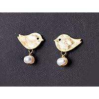 Niedliche Perlen-Ohrringe / Zierlicher Perlen-Schmuck: Matt vergoldete Vogel-Ohrstecker mit echten Süßwasser-Perlen; Vögelchen-Stecker, das perfekte Geschenk