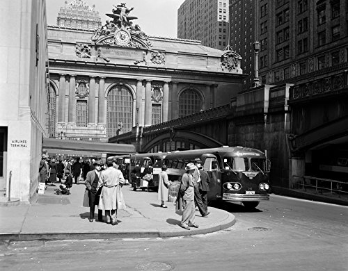 The Poster Corp Vintage Images - 1940s Buses at Airlines Terminal Building On Park Ave Pershing Square Grand Central Station Midtown Manhattan New York City Usa Kunstdruck (55,88 x 71,12 cm) - New York Bus Terminal