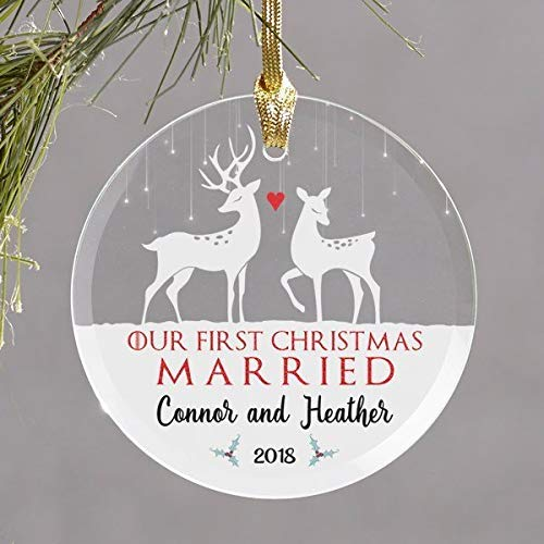 (Dozili Our First Christmas Married – Hirsch – Personalisiertes Paar – Personalisierte Glas-Ornament, personalisierbar)