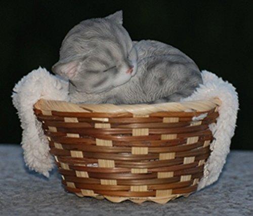 Dekofigur Katze liegt im Korb - Katzenkorb, Korb, Kissen