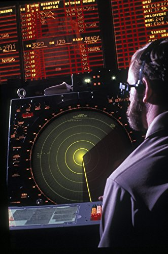 Michael Wood/Stocktrek Images - Navy Petty Officer Students Practice at The air Control Radar and Status Board Screen. Photo Print (57,40 x 86,87 cm) - Papier-control-board