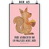 Mr. & Mrs. Panda Poster DIN A3 Eichhörnchen Weihnachten Jedes wunderschöne Motiv auf unseren Postern aus dem Hause Mr. & Mrs. Panda wird mit viel Liebe von Mrs. Panda handgezeichnet und entworfen. Unsere Poster werden mit sehr hochwertigen Ti...