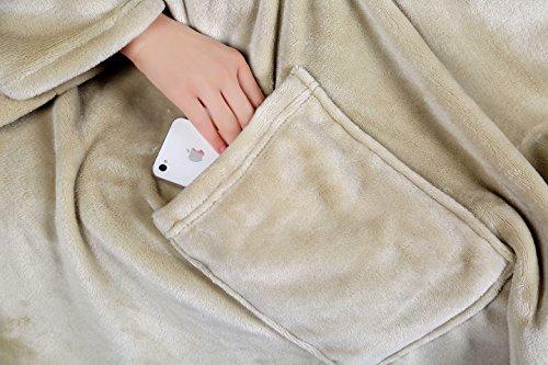 Kuscheldecke mit Ärmeln Wohndecke,sand/beige Ebitop Ebi. - D170.200+ Mikrofaser Premium Flanell Kuscheldecke mit 2 weiten integrierten Ärmeln für eine große Bewegungsfreiheit und als Besonderheit mit einer großen Tasche sowie einer weiteren kleinen Tasche für ihr Handy, ihre Fernbedienung oder andere Kleinigkeiten. TV Decke Snuggle TV Blanket (sand/beige, 170x200cm)