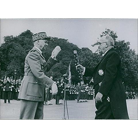Vintage Foto Di è appena prima la Parade, champs-élysées, il presidente della Repubblica ha dato a Marshall Juin il suo comando Bacchetta, 1952.