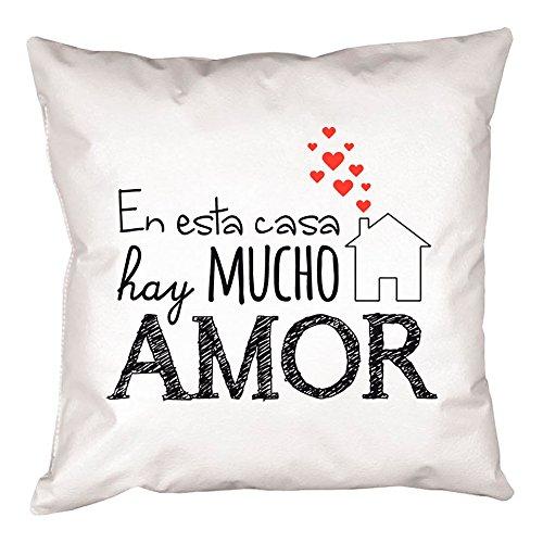 Calledelregalo Cojín 'En esta casa hay mucho amor '. Regalo original para parejas