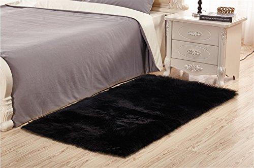 Sweetwill Faux Lammfell Schaffell Teppich 50 x 150 cm Modern Wohnzimmer Teppich Flauschig Lange Haare Fell Optik Gemütliches Schaffell Bettvorleger Sofa Matte (Schwarz) -