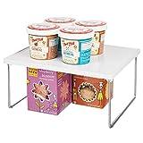 mDesign Küchenregal – Tellerregal für Arbeitsplatte und Küchenschränke – stapelbare Geschirrablage mit klappbaren Metallbeinen – weiß