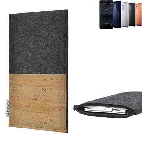 flat.design Handytasche Evora mit Korkfach für Nokia 5 Dual-SIM - Schutz Case Etui Filz Made in Germany in hellgrau mit Korkstoff - passgenaue Handy Hülle für Nokia 5 Dual-SIM