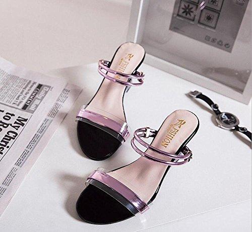 Kristall Wort mit Hang mit Sandalen und Pantoffel zwei Frauen mit hochhackigen Sandalen Pink