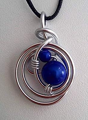 Pendentif fil aluminium argenté et perles bleues