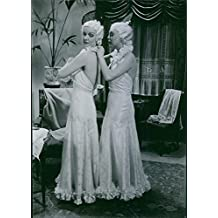"""Vintage foto de una escena de la película """"Han, hon och Pengarna"""" (él, ella y dinero), con Kirsten Heiberg como margarita """"Rita"""" Perkins y Maritta Marke–Maria Barke, editor de la Revista entretenimiento mundo, 1936."""