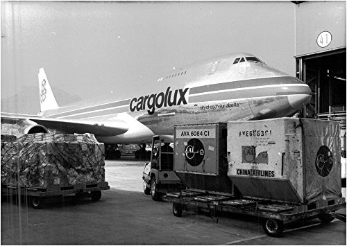 vintage-photo-of-cargolux-loads-at-hong-kong-airport