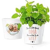 Geschenke für Oma - Blumentopf (ø16cm) zum Geburtstag, Muttertagsgeschenke oder Weihnachten mit Bilderrahmen für Zwei Fotos (10x15cm) - Für die Welt bist du Oma, für Mich bist du die Welt
