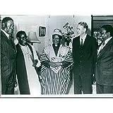 Vintage foto de izquierda a derecha, Chief Jeremiah chirau, la rt. Rev. Patrick murindagomo (el negro anglicana Obispo que administra el juramento de oficina en el oficial swearing-in ceremonia de la nueva Consejo Ejecutivo), Obispo Abel muzorewa, Ian Smith y Rev ndabaningi sithole. 1978.