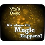 FaceOn Mouse Mats Vic s Schreibtisch–Es ist, wo der Magic Happens–personalisierbar, Name Mauspad Premium (5�
