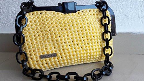 Handgemachte gestrickte Tasche in gelber Farbe mit schwarzen Kunststoff-Kette