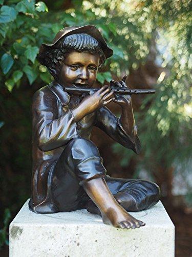 Bronzefigur eines sitzenden Junge mit Querflöte aus Bronze